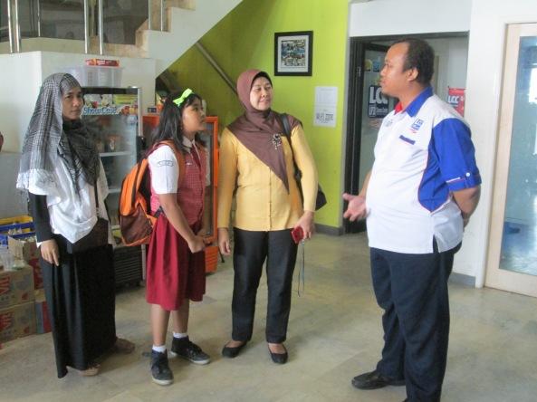 Kak Iyan berbincang dengan Orangtua Peserta