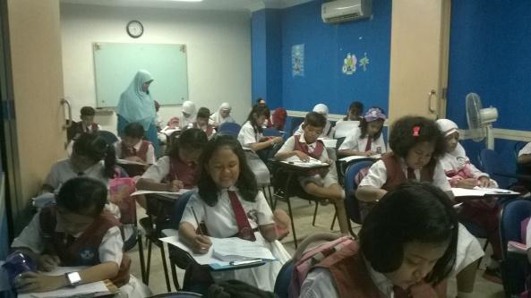 Suasana Kompetisi Matematika LCC Jatiwaringin 2014 - Ruang Aula